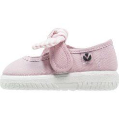 Victoria Shoes LONA PANUELO Baleriny z zapięciem violeta. Fioletowe baleriny dziewczęce marki Victoria Shoes, z materiału. Za 129,00 zł.