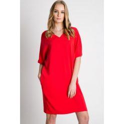 Czerwona luźna sukienka z rękawem 3/4 BIALCON. Czerwone sukienki balowe marki BIALCON, na co dzień, oversize. W wyprzedaży za 229,00 zł.