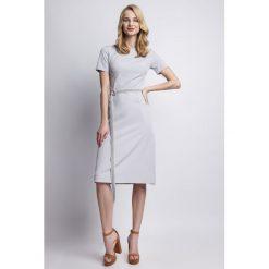 Sukienki: Szykowna Szara  Sukienka z Krótkim Rękawem i Ozdobnym Paskiem