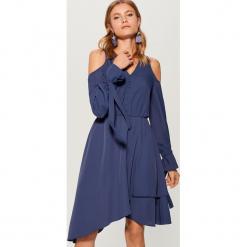 Sukienka open shoulder Gold Label - Niebieski. Niebieskie sukienki marki Mohito. W wyprzedaży za 139,99 zł.