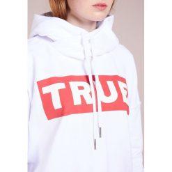 True Religion CROPPED HOODY Bluza z kapturem true white. Białe bluzy rozpinane damskie True Religion, l, z bawełny, z kapturem. Za 719,00 zł.