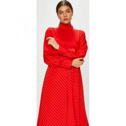 Vila - Sukienka Cinea. Czerwone długie sukienki marki Vila, na co dzień, z elastanu, casualowe, ze stójką, z długim rękawem, rozkloszowane. W wyprzedaży za 179,90 zł.
