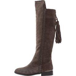 Alma en Pena Muszkieterki grey. Szare buty zimowe damskie Alma en Pena, z materiału. W wyprzedaży za 301,95 zł.