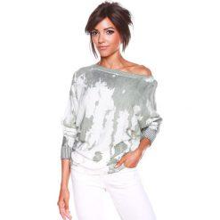 """Sweter """"Charlie"""" w kolorze biało-oliwkowym. Białe swetry klasyczne damskie marki 100% Maille, s, z dekoltem w łódkę. W wyprzedaży za 129,95 zł."""
