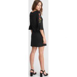 Sukienki hiszpanki: Sukienka z haftem na rękawach