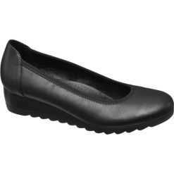 Czółenka damskie na koturnie Graceland czarne. Czarne buty ślubne damskie Graceland, z materiału, na koturnie. Za 89,90 zł.