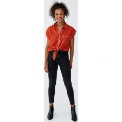 Jeansy rurki z wysokim stanem. Czarne jeansy damskie rurki Pull&Bear, z jeansu, z podwyższonym stanem. Za 99,90 zł.