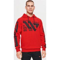 Dresowa bluza z nadrukami WHATEVER - Czerwony. Czerwone bejsbolówki męskie Cropp, l, z nadrukiem, z dresówki. Za 129,99 zł.