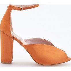 Czółenka z odkrytymi palcami - Pomarańczo. Szare czółenka bez pięty marki Gino Rossi, z lakierowanej skóry. Za 139,99 zł.