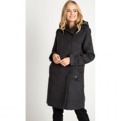 Grafitowy długi płaszcz z kapturem QUIOSQUE. Szare płaszcze damskie pastelowe QUIOSQUE, z tkaniny, eleganckie. W wyprzedaży za 349,99 zł.