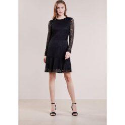 MICHAEL Michael Kors ARABESQUE FLORAL Sukienka koktajlowa black. Czarne sukienki koktajlowe marki MICHAEL Michael Kors, z elastanu. W wyprzedaży za 839,20 zł.