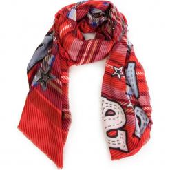 Szal GUESS - AW7956 POL03 PLB. Czerwone szaliki damskie Guess, z aplikacjami, z materiału. Za 169,00 zł.