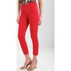 Armani Exchange Jeansy Slim Fit lollipop. Czerwone rurki damskie Armani Exchange. W wyprzedaży za 377,10 zł.