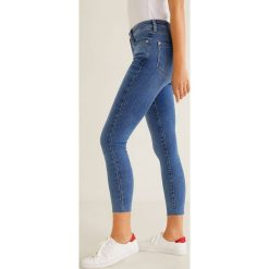 Mango - Jeansy Isa. Niebieskie jeansy damskie rurki Mango, z aplikacjami, z bawełny. Za 139,90 zł.