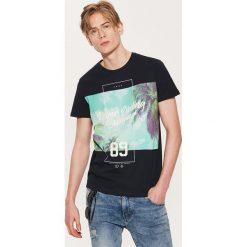 T-shirt z fotonadrukiem - Granatowy. Niebieskie t-shirty męskie marki House, l. Za 39,99 zł.