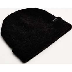 Czapka basic. Szare czapki damskie Pull&Bear, z dzianiny. Za 19,90 zł.