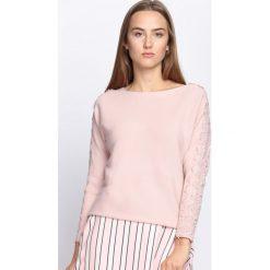 Jasnoróżowy Sweter Love Street. Szare swetry klasyczne damskie Born2be, l, z koronki, z dekoltem w łódkę. Za 54,99 zł.
