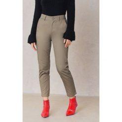 NA-KD Bawełniane spodnie w luźnym kroju - Green. Zielone spodnie z wysokim stanem NA-KD, z bawełny. W wyprzedaży za 81,18 zł.