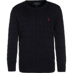 Polo Ralph Lauren CABLE Sweter hunter navy. Niebieskie swetry chłopięce marki Polo Ralph Lauren, z bawełny, polo. W wyprzedaży za 202,30 zł.