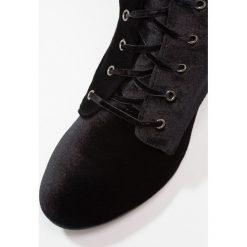 Madden Girl FROLIC  Kozaki na obcasie black. Czarne buty zimowe damskie Madden Girl, z materiału, na obcasie. W wyprzedaży za 209,50 zł.