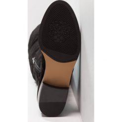 Vince Camuto COATIA Muszkieterki black. Czarne buty zimowe damskie Vince Camuto, z materiału. W wyprzedaży za 631,20 zł.