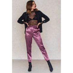 Spodnie damskie: NA-KD Party Metaliczne spodnie prostymi nogawkami - Purple