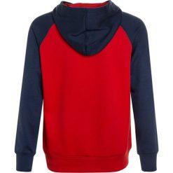 Converse EMBOSSED RAGLAN  Bluza z kapturem red. Czerwone bluzy chłopięce Converse, z bawełny, z kapturem. W wyprzedaży za 188,10 zł.