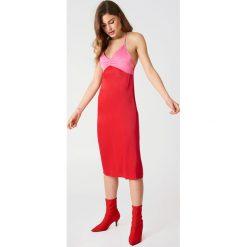 NA-KD Sukienka bieliźniana Color Block - Red. Czerwone sukienki na komunię marki NA-KD, midi. W wyprzedaży za 36,59 zł.