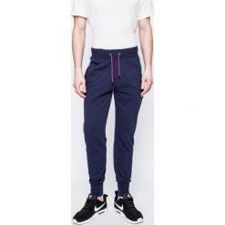 Guess Jeans - Spodnie. Szare jeansy męskie z dziurami marki Guess Jeans, l, z aplikacjami, z bawełny. W wyprzedaży za 159,90 zł.