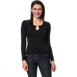 Sweter w kolorze czarnym. Czarne swetry klasyczne damskie marki William de Faye, z kaszmiru. W wyprzedaży za 136,95 zł.