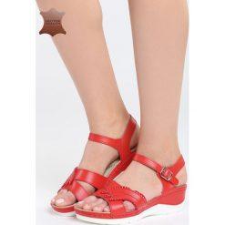 Czerwone Skórzane Sandały No Surprises. Czerwone sandały damskie Born2be, z materiału, na koturnie. Za 109,99 zł.
