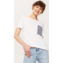 T-shirty damskie: T-shirt z kontrastową kieszonką – Biały