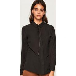 Koszula z wiązaniem przy kołnierzu - Czarny. Czarne koszule wiązane damskie marki Reserved. W wyprzedaży za 39,99 zł.