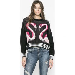 Guess Jeans - Sweter Astrid. Szare swetry klasyczne damskie marki Guess Jeans, na co dzień, l, z aplikacjami, z bawełny, casualowe, z okrągłym kołnierzem, mini, dopasowane. Za 419,90 zł.
