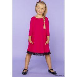 Elegancka sukienka z koronką, TD25_4, fuksja. Czerwone sukienki dziewczęce dzianinowe Pakamera, w koronkowe wzory, eleganckie. Za 89,00 zł.