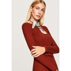 Swetry klasyczne damskie: Dopasowany sweter - Bordowy
