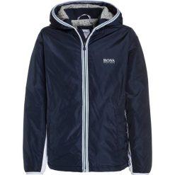 BOSS Kidswear Kurtka zimowa marine. Niebieskie kurtki chłopięce zimowe marki BOSS Kidswear, z bawełny. W wyprzedaży za 305,40 zł.