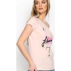 Różowa Bluzka Lovely Bird. Czerwone bluzki z odkrytymi ramionami marki Born2be, l, z nadrukiem, z krótkim rękawem. Za 39,99 zł.