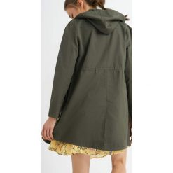 Kurtka parka. Zielone kurtki damskie jeansowe marki Orsay, na wiosnę, m, z haftami. W wyprzedaży za 140,00 zł.