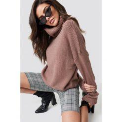 NA-KD Sweter oversize z wywijanym golfem - Pink. Różowe golfy damskie NA-KD, z dzianiny. Za 141,95 zł.