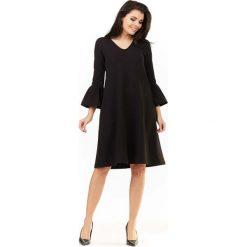 Czarna Sukienka Wizytowa o Luźnym Kroju z Falbankami przy Rękawach. Czarne sukienki dzianinowe marki Molly.pl, na co dzień, l, wizytowe, z falbankami, w kształcie a. Za 139,90 zł.