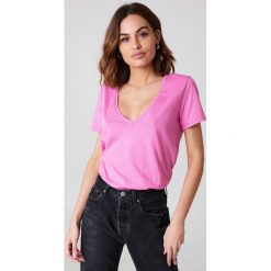NA-KD Basic T-shirt z dekoltem V - Pink. Różowe t-shirty damskie marki NA-KD Basic, z bawełny. Za 40,95 zł.