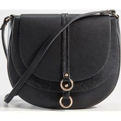 Torebka na ramię z podwójną klapą - Czarny. Czerwone torebki klasyczne damskie marki Mohito, z bawełny. Za 89,99 zł.