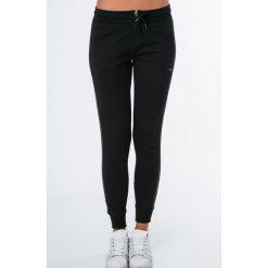 Spodnie dresowe z cienkim lampasem czarne MR15106. Czarne spodnie dresowe damskie marki Fasardi, m, z dresówki. Za 79,00 zł.