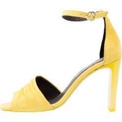 Rzymianki damskie: L'INTERVALLE CLARISSA Sandały na obcasie yellow
