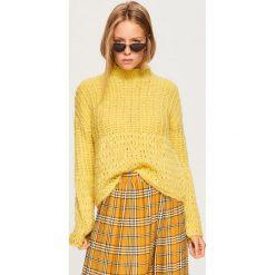 Sweter z domieszką wełny - Żółty. Żółte swetry klasyczne damskie marki Reserved, l, z dekoltem w serek. Za 139,99 zł.