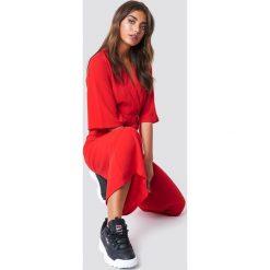 NA-KD Trend Krótki kombinezon z paskiem - Red. Czerwone kombinezony damskie NA-KD Trend, z krótkim rękawem, krótkie. Za 283,95 zł.