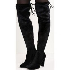 Czarne Kozaki Chakki. Czarne buty zimowe damskie marki Born2be, z weluru, z okrągłym noskiem, za kolano, na wysokim obcasie, na słupku. Za 94,99 zł.