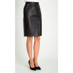 Skórzana czarna spódnica z zamkami QUIOSQUE. Czarne spódnice wieczorowe marki QUIOSQUE, ze skóry ekologicznej, koszulowe. W wyprzedaży za 119,99 zł.