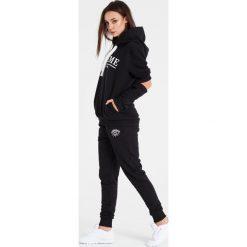 Naoko - Bluza Cest la Vie Noir. Czarne bluzy z kapturem damskie marki NAOKO, m, z nadrukiem, z bawełny. W wyprzedaży za 199,90 zł.